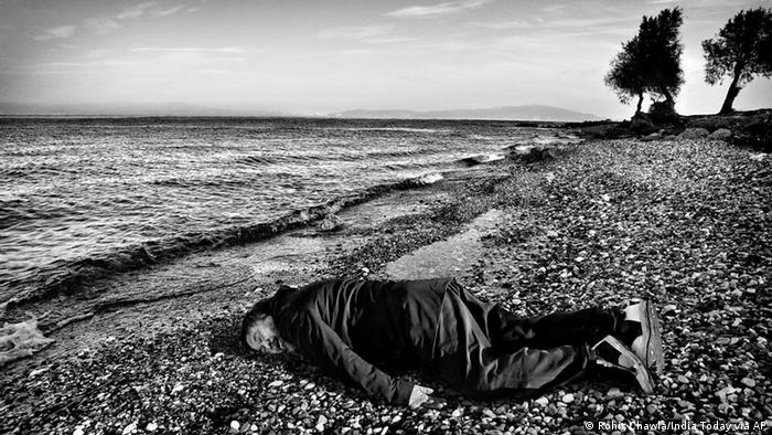 Ai Weiwei liegt wie tot am Strand (Rohit Chawla/India Today via AP)