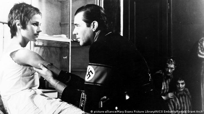 لیلیانا کاوانی، کارگردان ایتالیایی در سال ۱۹۷۴ با فیلم هتلبان شب دوستداران سینما را شوکه کرد. او در این فیلم رابطه آزارگری – آزارخواهی جنسی میان یک بازمانده اردوگاه مرگ با یک افسر پیشین اساس نازی را به تصویر میکشد. ترکیب اردوگاه مرگ و سکس نه تنها سردرگمی و واکنش غریب تماشاگران را به دنبال داشت، بلکه با مخالف نهادهای دولتی روبرو شد و اکران آن مدتی ممنوع بود.