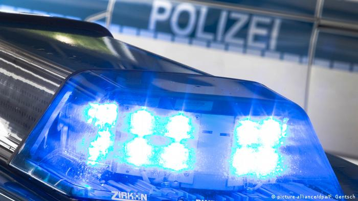 A blue flashing police light on a car (picture-alliance/dpa/F. Gentsch)