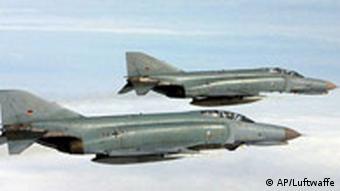 Zwei 'Phantom F4-F' - Jagdflugzeuge der Bundeswehr im Flug (Foto: AP/Luftwaffe, HO)