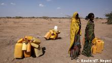 Bildergalerie Afrika Dürre 26.01.2016 **** Woman wait to collect water in the drought stricken Somali region in Ethiopia, January 26, 2016. The drought relief effort in Ethiopia needs about $500 million to fund programmes beyond the end of April to support 10.2 million people facing critical food shortages this year, the U.N. World Food Programme said on Thursday. Picture taken January 26, 2016. REUTERS/Tiksa Negeri © Reuters/T. Negeri