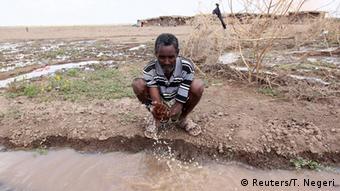 Äthiopien Mann wäscht seine Hände