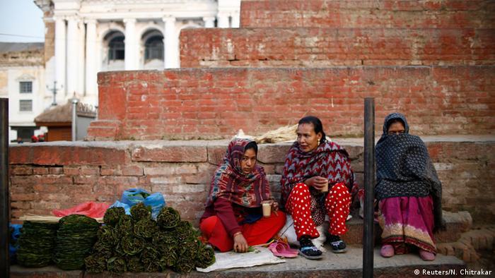 Nepal Alltag Frauen trinken Tee