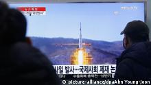 South Koreans watch a TV news program with a file footage about North Korea's rocket launch plans, at Seoul Railway Station in Seoul, South Korea, Wednesday, Feb. 3, 2016. South Korea warned on Wednesday of searing consequences if North Korea doesn't abandon plans to launch a long-range rocket that critics call a banned test of ballistic missile technology. The headline on the screen reads North Korea plans to launch a missile. (AP Photo/Ahn Young-joon) picture-alliance/dpaAhn Young-joon