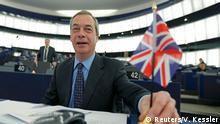 Europaparlament Debatte zu Brexit Farage mit GB Flagge