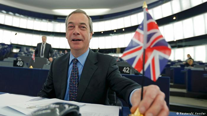 UKIP-Chef Nigel Farage mit dem Union Jack im Europaparlament (Foto: Reuters)