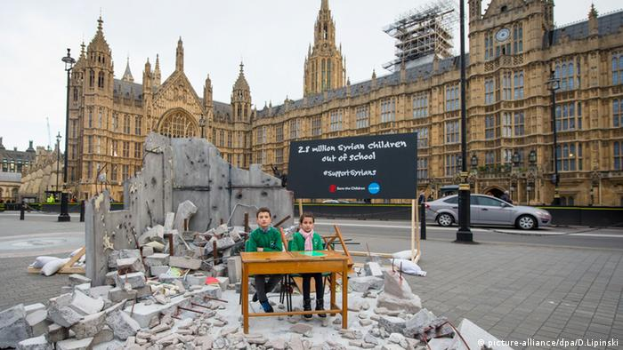 Сирийские дети перед зданием парламента в Лондоне