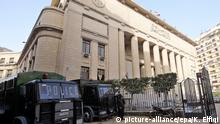 ARCHIV 2015 **** epa04544207 A general view of Egyptian Security Forces standing guard outside Egypt's High Court, downtown Cairo, Egypt, 01 January 2015. According to reports the Egyptian court of Cassation has accepted defense lawyers demands for a retrial of the three al-Jazeera journalist who have been held for over a year, Peter Greste, Mohamed Fahmy and Baher Mohamed, overruling their previous conviction in July for seven years for Greste and Fahmy and ten years for Mohamed, though as yet no date has been set for the retrial. EPA/KHALED ELFIQI +++(c) dpa - Bildfunk+++ © picture-alliance/epa/K. Elfiqi