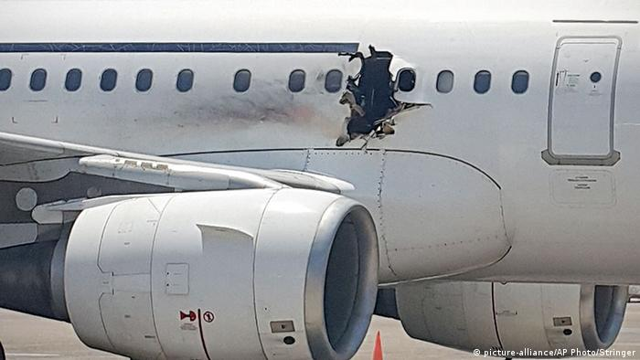 Somalisches Flugzeug nach Notlandung in Mogadischu (Foto: picture-alliance/AP Photo)