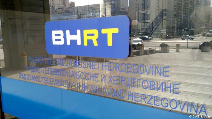 Ulazna vrata u RTV dom u Sarajevu s logom BHRT-a na njima