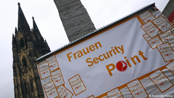 Deutschland Karneval in Köln Frauen Security Point am Dom