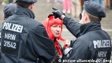 Deutschland Karneval in Köln Jecken und Polizisten am Hauptbahnhof