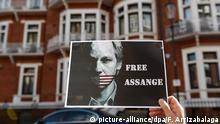 19.6.2015 *** epa04809005 A supporter of Julian Assange holds a placard outside the Ecuadorian embassy where Wikileaks founder Julian Assange has been for 3 years, in London, Britain 19 June 2015. Swedish prosecutors issued an arrest warrant for Assange in 2010 after two women accused him of sexual assault. Assange, who denies any wrongdoing, fled in 2012 to the Ecuador embassy in London after he lost a legal battle in Britain against extradition to Sweden. EPA/FACUNDO ARRIZABALAGA +++(c) dpa - Bildfunk+++ Copyright: picture-alliance/dpa/F. Arrizabalaga