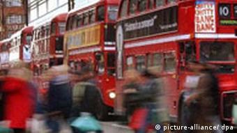 Großbritannien London Stadtbusse und Passanten
