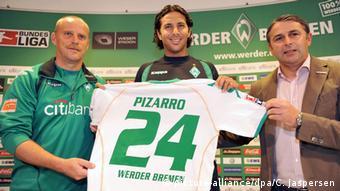 Claudio Pizarro mit Thomas Schaaf und Klaus Allofs
