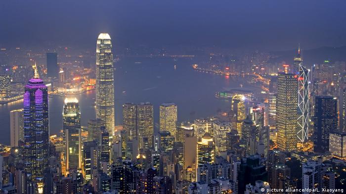 Stadtansicht von Hongkong bei Nacht (picture alliance/dpa/L. Xiaoyang)