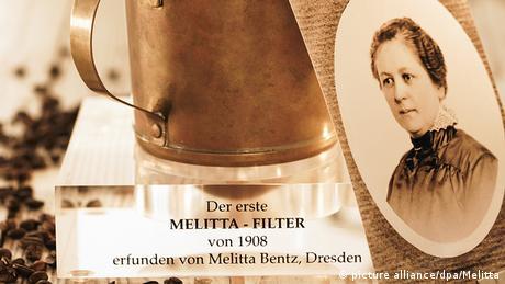 Ein Porträtfoto der 1873 in Dresden geborenen Amalie Auguste Melitta Bentz steht neben ihrer Erfindung aus dem Jahr 1908, dem Kaffeefilter (Foto: picture alliance/dpa/Melitta)