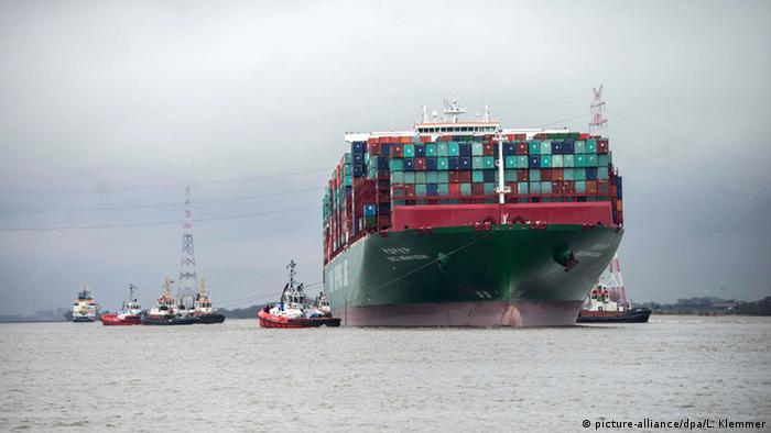 Deutschland CSCL Indian Ocean Schiff in der Elbe steckengeblieben