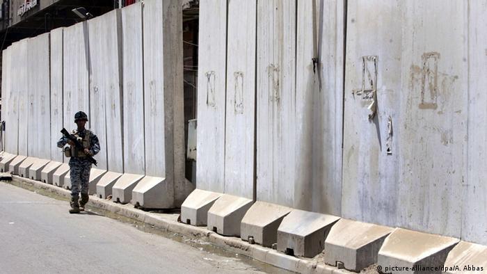 Irak Baghdad Sicherheit Betonmauer (picture-alliance/dpa/A. Abbas)