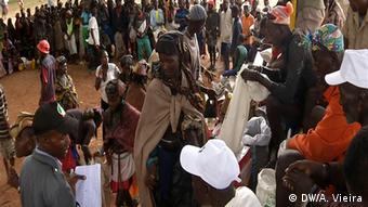 Die Menschen in Angola warten auf die von der Regierung versprochenen Lebensmittellieferungen