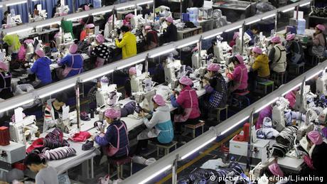 Dezenas de trabalhadoras numa fábrica chinesa