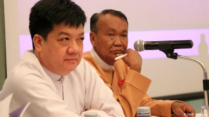 Former political foes meet publicly for the first time: U Tint Swe (left), currently still in office as the State Secretary for the Ministry of Information, and U Aung Shin, media expert for the new government (photo: P.Benning)