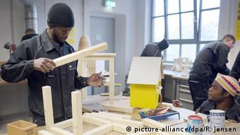 Обучение беженцев в столярной мастерской в Берлине