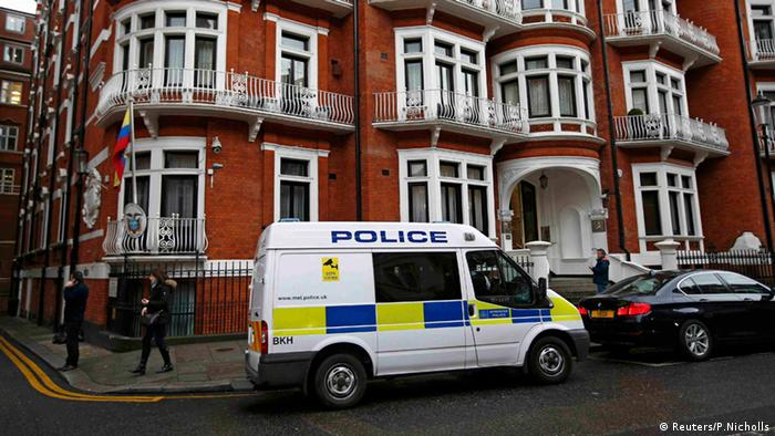 Почти 7 години Асандж живя в тази сграда - изолиран от света и затворен в стая от 20 кв. метра в посолството на Еквадор в Лондон