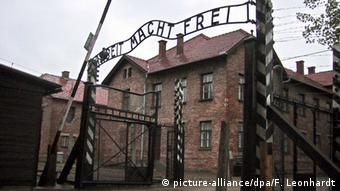 Entrance to the Auschwitz concentration camp (picture-alliance/dpa/F. Leonhardt)