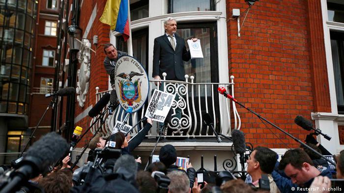 Großbritannien Julian Assange auf dem Balkon der ecuadorianischen Botschaft (Reuters/P. Nicholls)