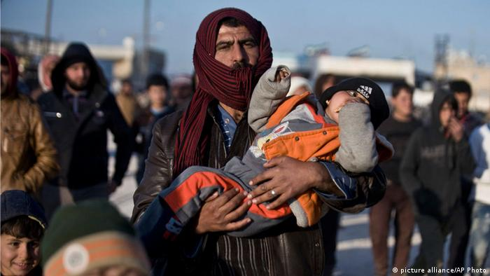 نحو عشرين ألف نازح سوري عالقون على الحدود مع تركيا