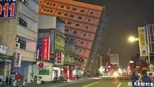 Ein Hochhaus in der Stadt Tainan neigt sich nach dem Beben bedrohlich zur Seite