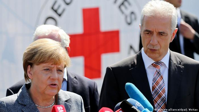 Deutschland Heidenau Besuch Flüchtlingsunterkunft Merkel und Stanislaw Tillich