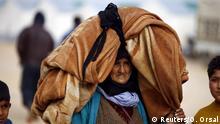 Das letzte Hab und Gut: Fliehende Frau im syrisch-türkischen Grenzgebiet