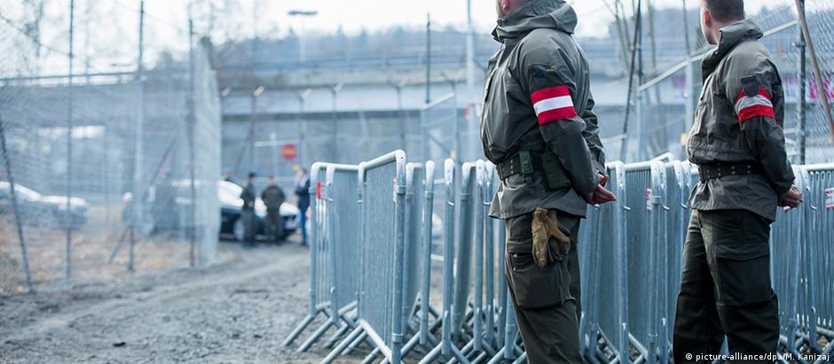 Soldados austríacos vigiam fronteira com Eslovênia