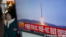 7.2.2016 A passenger walks past a TV screen broadcasting a news report on North Korea's long range rocket launch at a railway station in Seoul, South Korea, February 7, 2016. REUTERS/Kim Hong-Ji Reuters/K. Hong-Ji