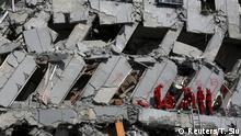 Rettungsmannschaften such in den Trümmern eines Hochhauses nach Überlebenden