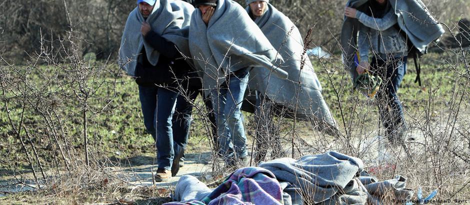 Migrantes em campo provisório na fronteira entre Macedônia e Sérvia