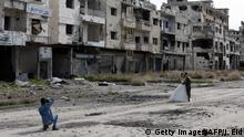 5.2.2016 TOPSHOT - Newly-wed Syrian couple Nada Merhi,18, and Hassan Youssef,27, have their wedding pictures taken in the war ravaged city of Homs on February 5, 2016. A Syrian photographer thought of using the destruction of Homs to take pictures of newly wed couples to show that life is stronger than death. / AFP / JOSEPH EID (Photo credit should read JOSEPH EID/AFP/Getty Images) Copyright: Getty Images/AFP/J. Eid