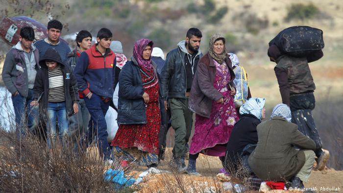 Syrer an der Grenze zwischen Syrien und der Türkei (Reuters/A. Abdullah)