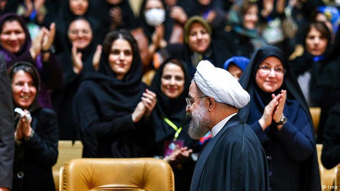 Rohani hatte den Frauen versprochen, sich für ihre Belange einsetzen und die Belästigung auf den Straßen zu beenden. Aber nicht alle der mehr als 20 Organisationen, die für die Überwachung der Kleidervorschriften zuständig sind, stehen unter seiner Kontrolle. 2016 stellte der konservative Polizeichef von Teheran 7000 Frauen und Männer als geheime Sittenpolizei zur Kontrolle der Frauen ein.