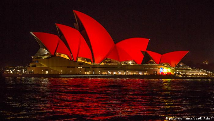 The Sydney Opera House bathed in in red (picture-alliance/dpa/R. Ashen)