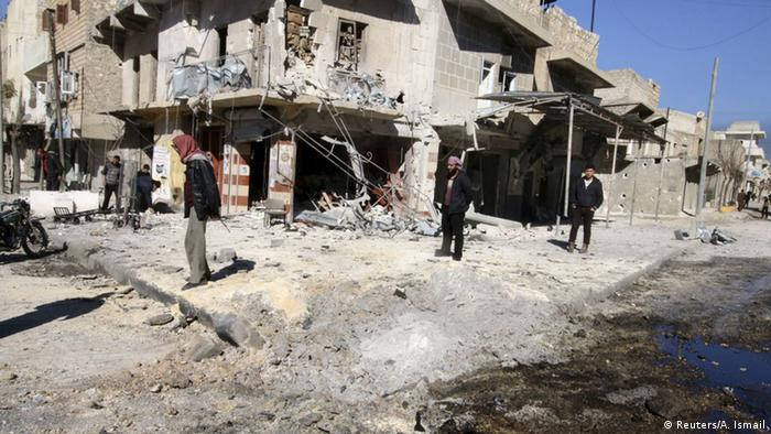 Aleppo em ruínas após bombardeios aéreos por forças pró-Assad