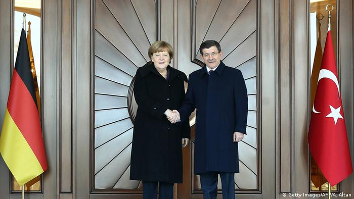 Aparente harmonia em Ancara: chefes de governo Angela Merkel (esq.) e Ahmet Davutoglu