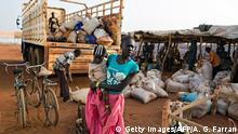 Eine junge Mutter hofft darauf, in ein Flüchtlingslager mitgenommen zu werden (Archivbild)