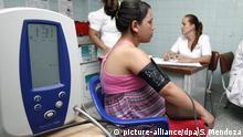 Eine schwangere Frau mit Zika-Symptomen in Kolumbien lässt sich in einer Klinik untersuchen (Archivbild)