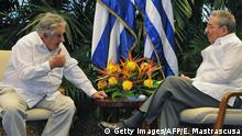 Bildunterschrift:Uruguayan President Jose Mujica (L) speaks with his Cuban counterpart Raul Castro during a meeting at Revolution Palace in Havana, on July 24, 2013. Mujica is in Cuba in a four-day official visit. AFP PHOTO/ERNESTO MASTRASCUSA - POOL (Photo credit should read ERNESTO MASTRASCUSA/AFP/Getty Images) Getty images/AFP/E. Mastrascusa