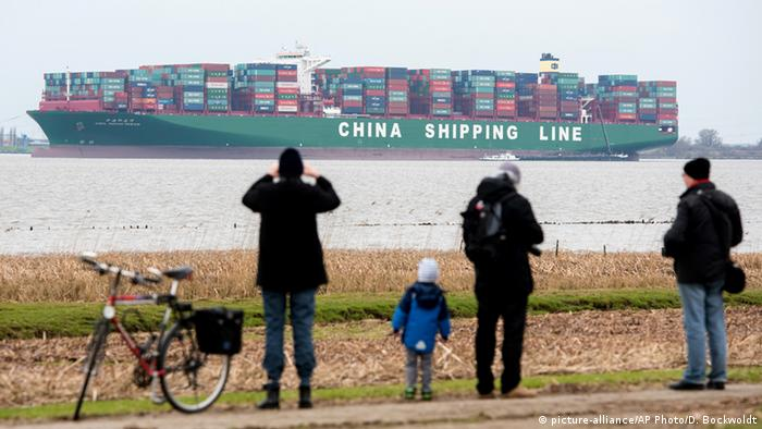 Containerschiff Indian Ocean in der Elbe (Foto: AP)