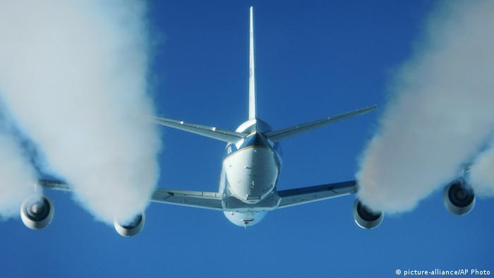 Plane taking off with exhaust streaming out of its jets (picture-alliance/AP Photo)