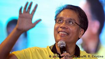 Filipino Liberal Party presidential candidate Manuel 'Mar' Roxas III speaks during a dialogue with residents in Pasay City, south of Manila, Philippines 19 January 2016 (Photo: EPA/MARK R. CRISTINO)